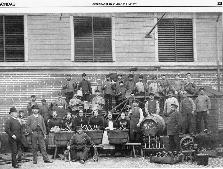 Personalen på Wadmans Bryggeri poserar framför fabriksbyggnaden på Söder. Foto:Länsmuseet