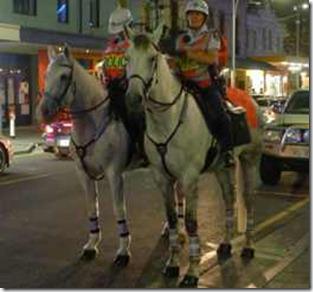 Adelaide, Hindley St, ridande poliser