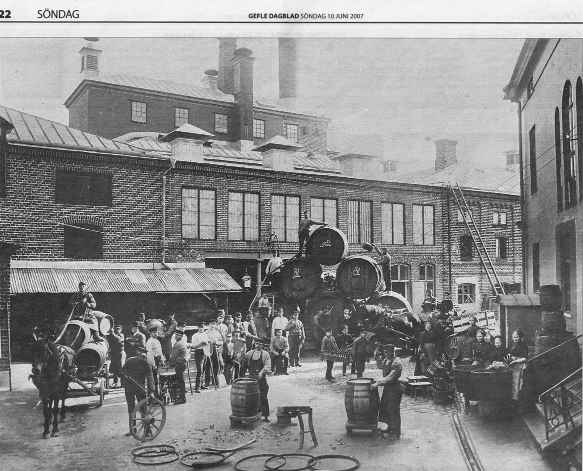 Ångbryggeriet hade liksom alla konkurrenter en rejäl innergård. Många hästskjutsar och med tiden även lastbilar skulle få plats att lasta ölbackar som skulle ut till småbutiker och krogar. För att inte tala om ölkaféerna.