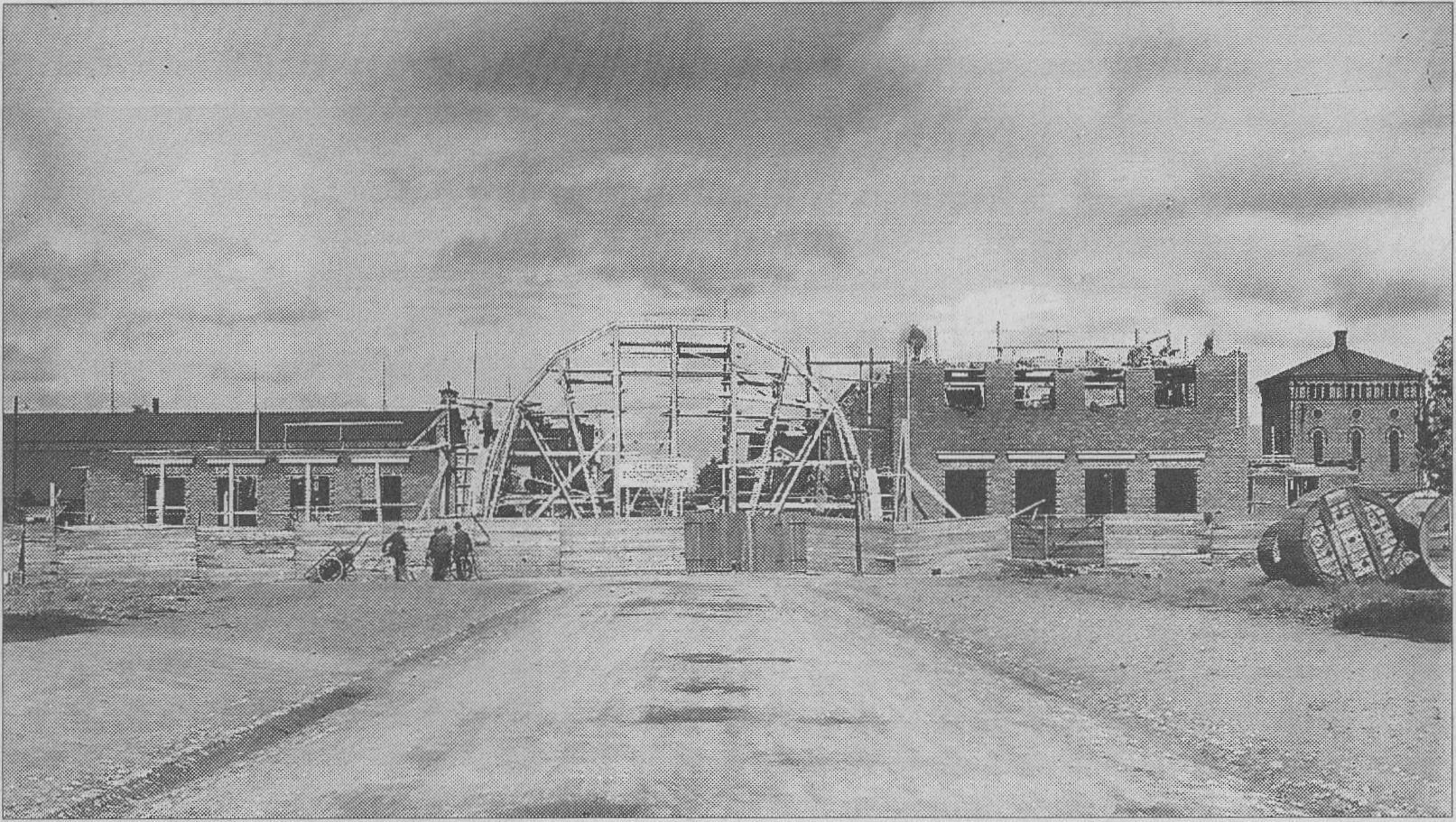Södra station under uppbyggnad. Den stora, välvda vänthallen var redan då av dominerande format.