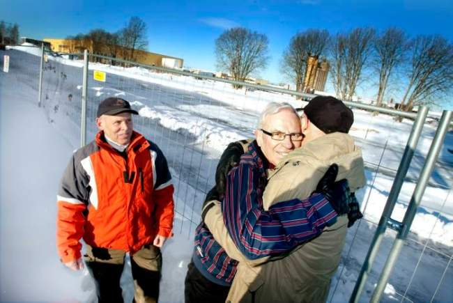Bosse Stenbäck med sina räddare 58 år efter olyckan 1952