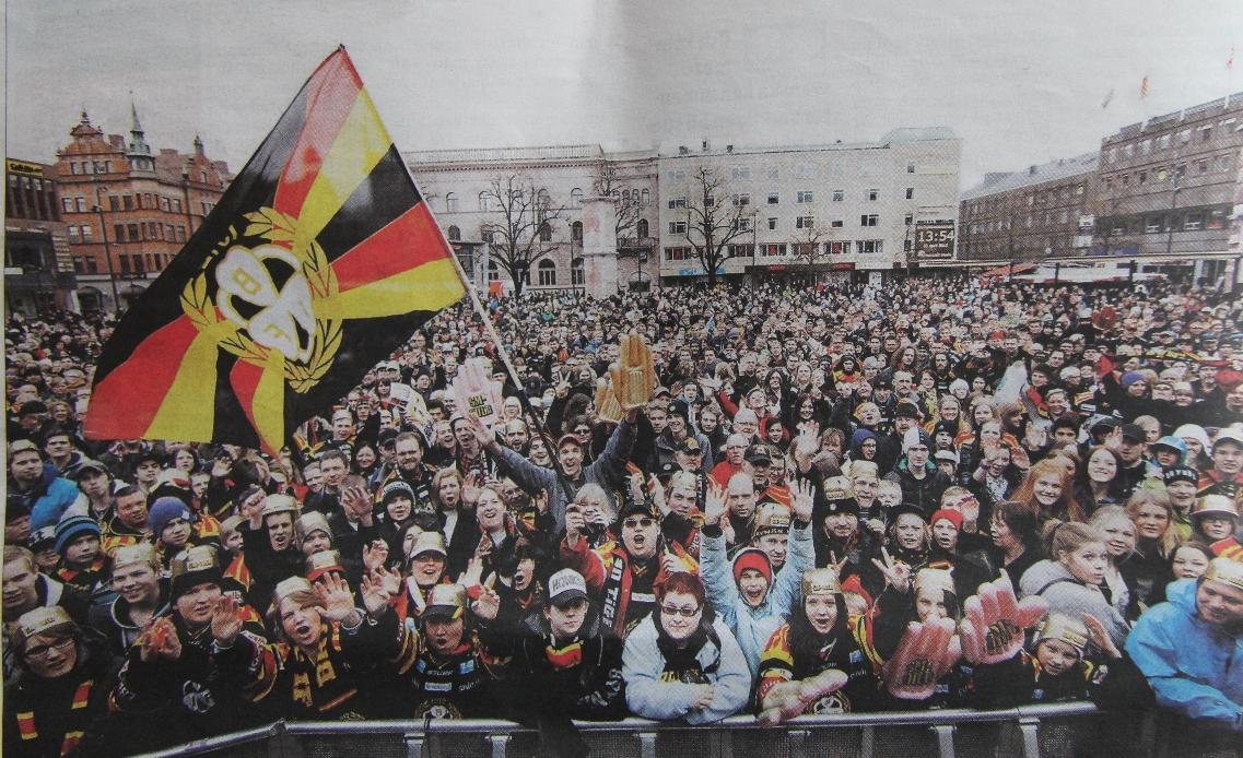Tusentals hyllade guldhjältarna. Det var knökfullt med folk på Stortorget när Brynäslaget i går kom för att motta folkets hyllningar. Publicerat i Gefle Dagblad 2012-04-22. Tusentals människor på Stortorget i Gävle för att fira sina hjältar.