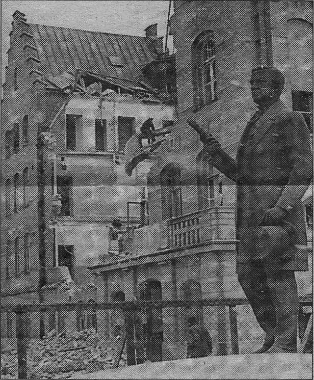 Per Murén-statyn vid Länsmuseet  med badhuset som bakgrund