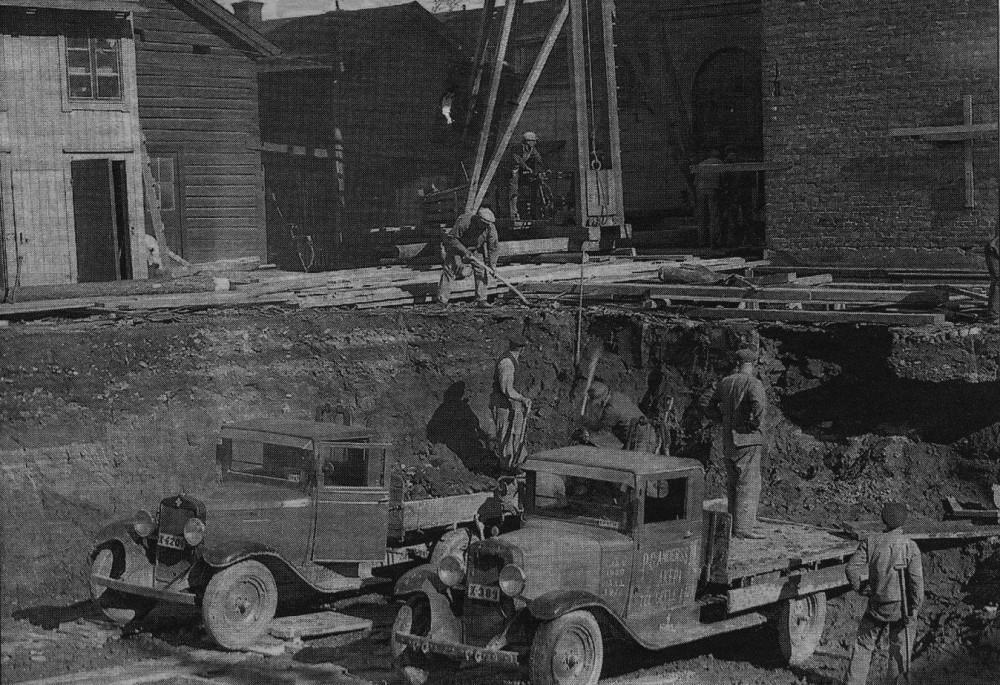 27 mars1935. Trähuset är borta, grunden börjar läggas.
