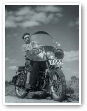Fotograf Evert Jäderberg på sin motorcykel