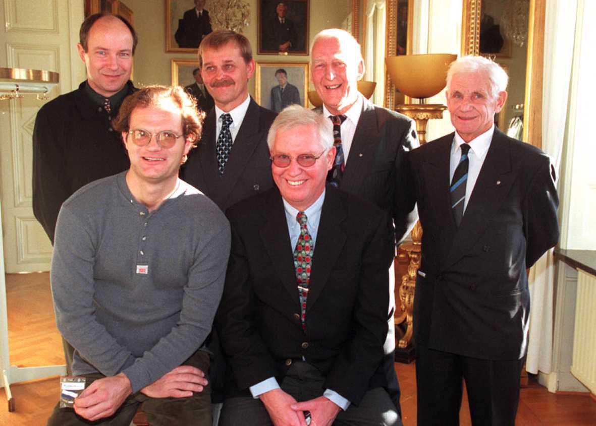 *** Local Caption *** Gamla trotjänare i IFK föreningen hedrades; övre raden från vänsterm Ove Forslund, Sture Jernqvist, Tage Lundin och Gunnar Evaldsson. Främre raden från vänster Hans Westberg och Börje Mattsson
