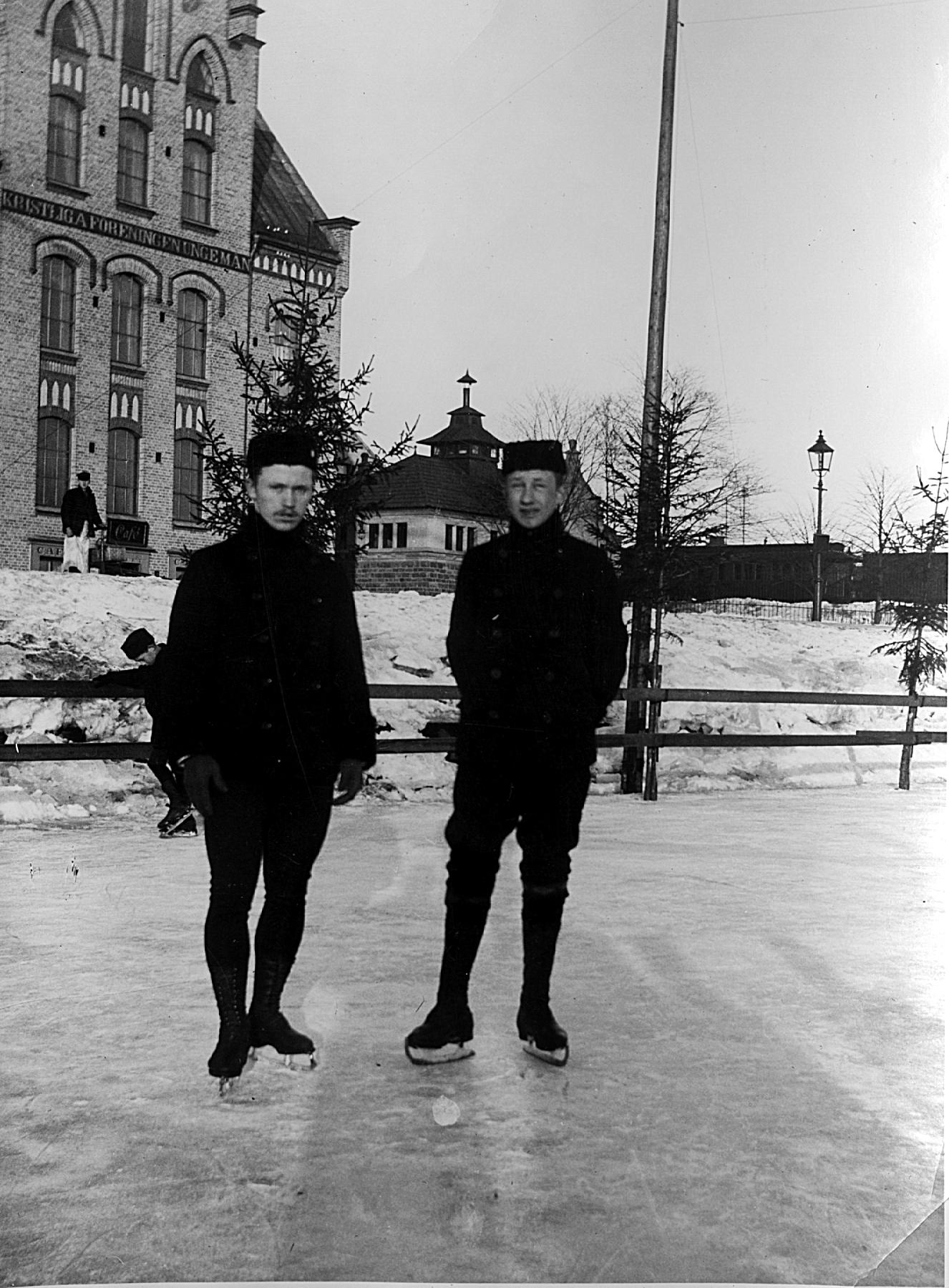 """Konståkare på Gavleån framför sjömanskyrkan *** Local Caption *** Rickard """"Ricken"""" Johansson och K. A. Holmström"""